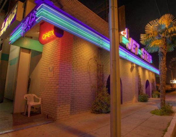 Clube de strip faz doação e ajuda a salvar liga infantil de beisebol nos EUA