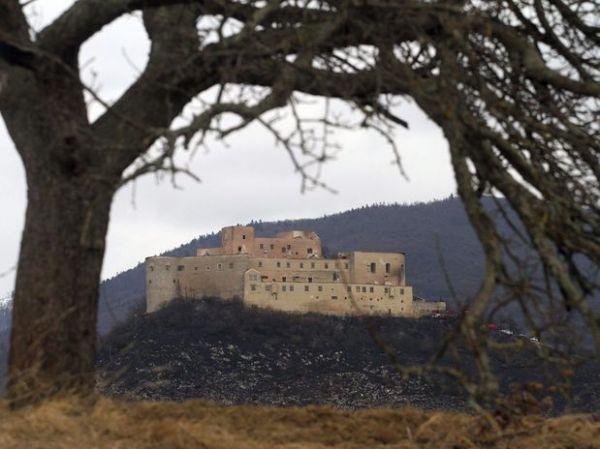 Crianças se escondem para fumar e provocam incêndio em castelo