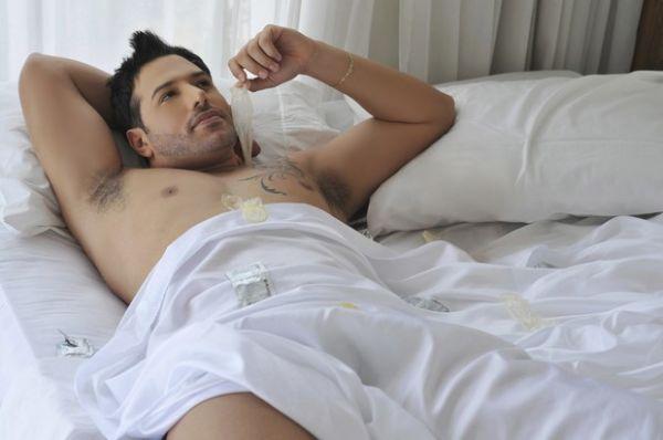 Mister Universo aparece em cama só com lençol em anúncio de camisinha