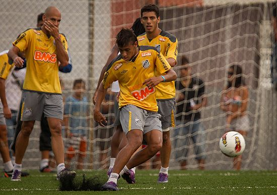 Neymar contraria Mano Menezes e diz que prefere ficar no Brasil