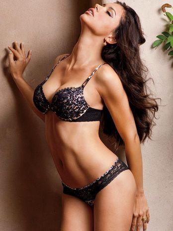 Adriana Lima posa de lingerie e sem sutiã para catálogo