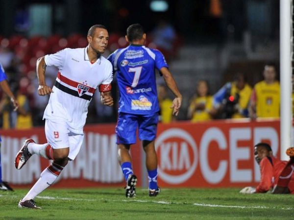 Com 4 de Luís Fabiano, São Paulo goleia Independente e avança