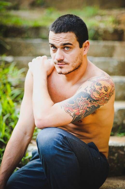 Ex-BBB Rafa faz ensaio fotográfico sem camisa: