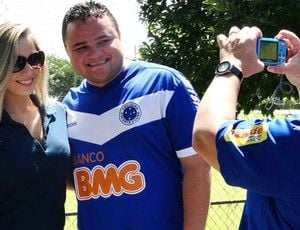 Ex-BBB Renatinha visita treino do Cruzeiro e causa furor na Toca II