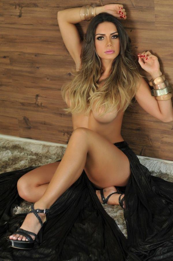 Graciella Carvalho faz topless e posa em ensaio bem ousado