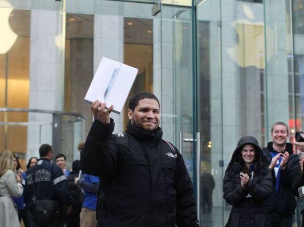 Após 30 horas na fila, brasileiro é 1º a comprar iPad em NY