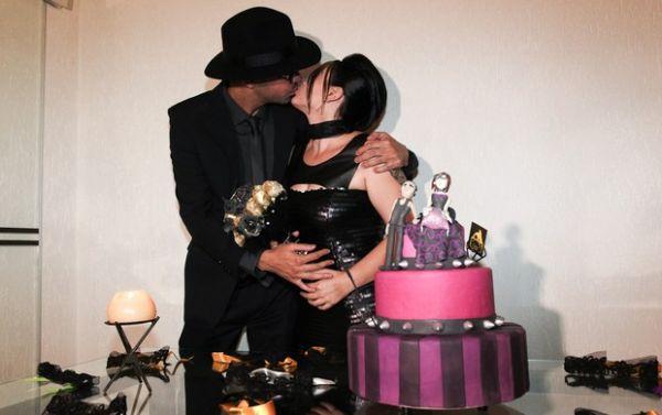Ex-BBB Mayara comemora casamento em festa fetichista
