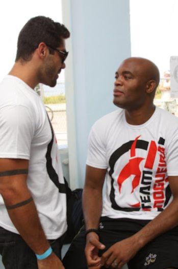 Ex-BBB treina com Anderson Silva em praia no Rio
