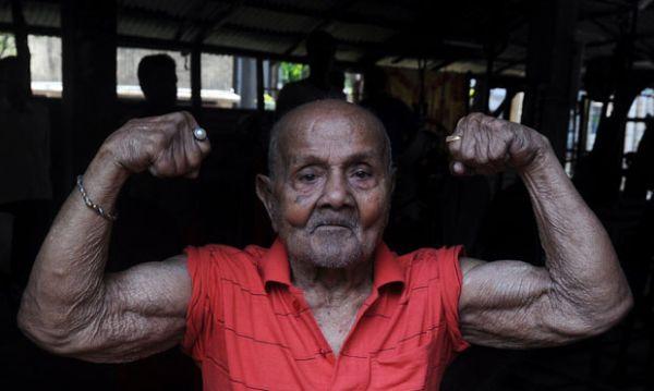 Ex-fisiculturista indiano mostra forma física ao completar 99 anos