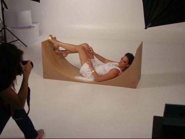 Adriana Birolli mostra as pernas em campanha de joias
