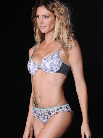 Fernanda Lima aparece de lingerie em catálogo de moda