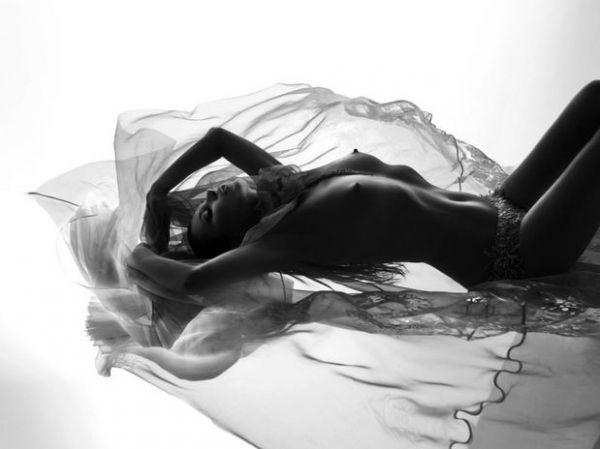 Kate Moss posa de topless ao lado de modelo nu