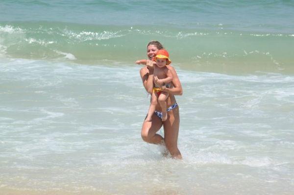Ex-paquita Cátia Paganote exibe boa forma em praia carioca