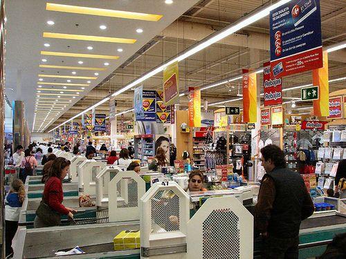 Movimento nas lojas desce pelo segundo mês seguido, diz Serasa