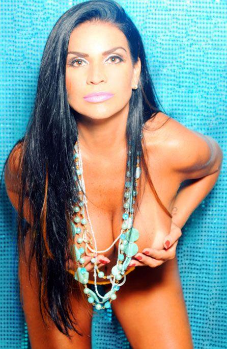 Solange Gomes faz topless para campanha de acessórios