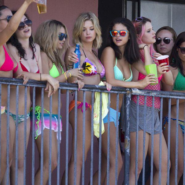 Selena Gomez e Vanessa Hudgens deixam físico em forma à mostra em filmagens