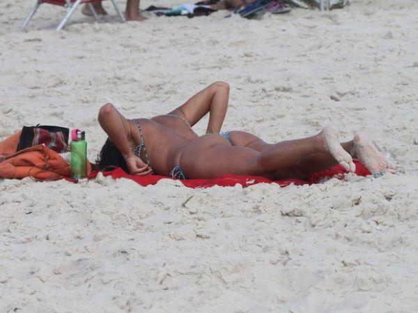 Assistente de palco do Faustão faz topless na praia