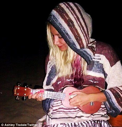 Biquíni cavadão: Ashley Tisdale exibe marquinha de sol no bumbum