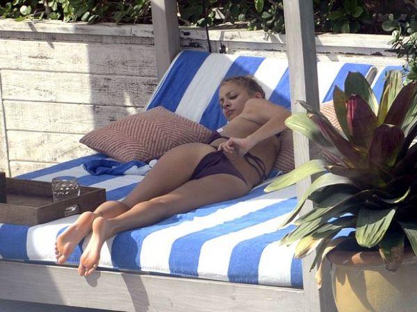 Nicole Richie toma sol de biquíni em hotel nos EUA; fotos