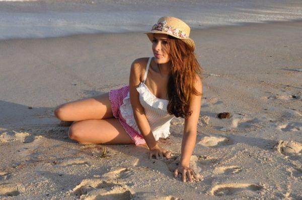 Gyselle Soares faz poses sensuais em ensaio de biquini