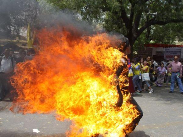 Tibetano ateia fogo ao corpo contra visita de premiê chinês