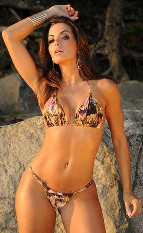 De biquíni, Carla Prata faz poses sensuais durante sessão de fotos