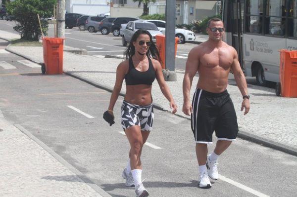 Ex-BBB Kelly malha com namorado para manter a boa forma