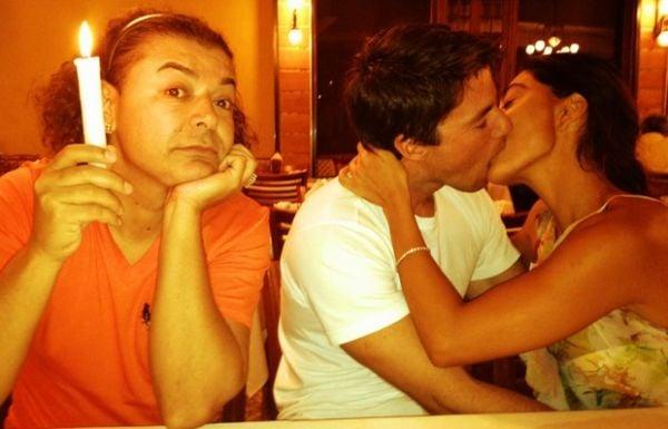 Juliana Paes dá beijaço no marido e David Brazil