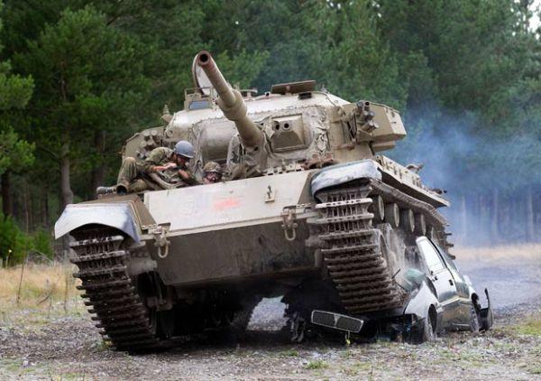 Turista pode relaxar esmagando carro com tanque blindado