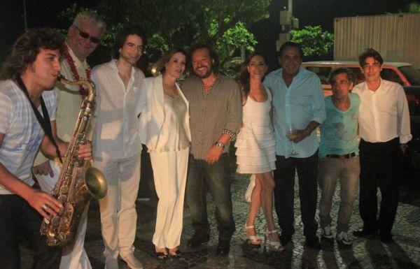 Ao lado de famosos, Christiane Torloni festeja aniversário