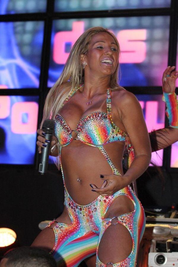 Após crise renal, Valesca Popozuda volta aos palcos e mostra energia