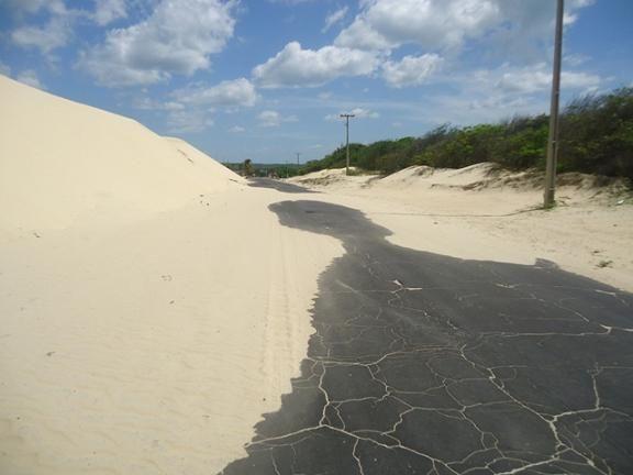 Dunas avançam e fica difícil acesso a Lagoa do Portinho