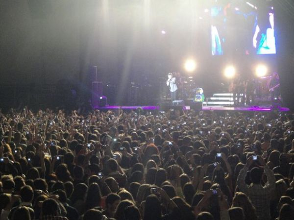 Michel Teló enche casa de shows na Espanha com fãs do mundo todo
