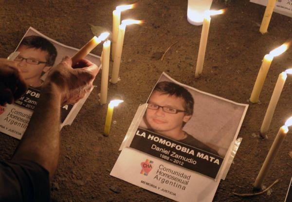 Argentinos protestam contra homofobia após assassinato de jovem
