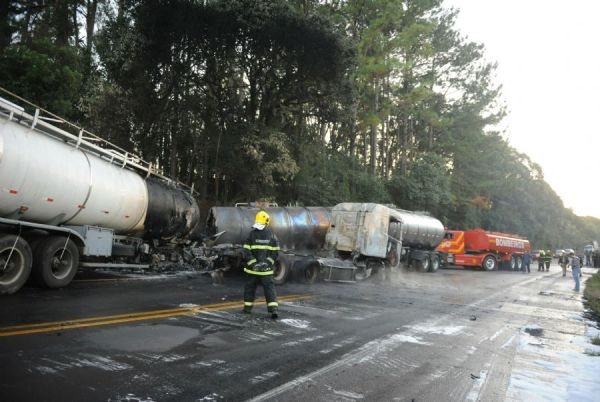 Colisão entre duas carretas mata motorista carbonizado