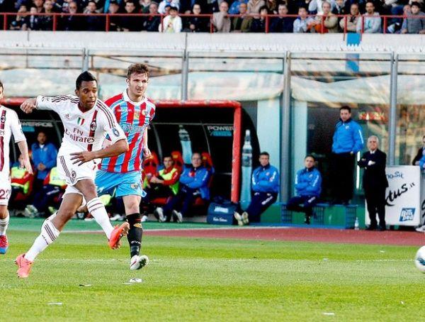 Com a cabeça no Barça, Milan só empata com Catania. Robinho marca