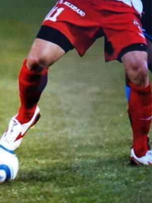 Danielle Winits posta foto das pernas do novo namorado no Twitter