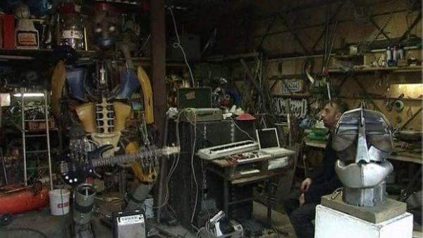 Em sucata, artista cria robô de 250 quilos que toca canções