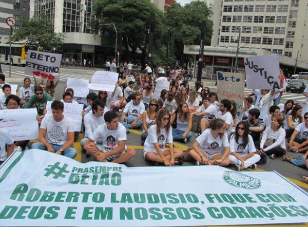 Familiares e amigos de jovem morto em Sydney fazem protesto em SP