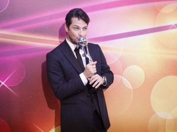 Marcelo Serrado leva prêmio no