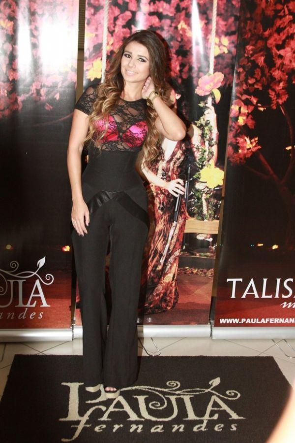 Paula Fernandes usa sutiã pink para show no Rio