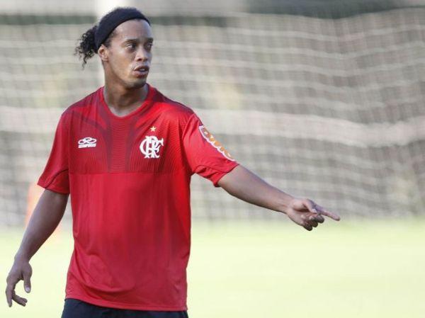 Ronaldinho participa de treino; Felipe é poupado e preocupa