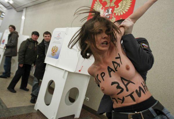 Feministas seminuas invadem seção eleitoral na Rússia em protesto