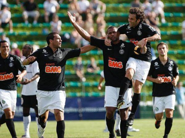 Zagueiros decidem, Coritiba vence e mantém 100% no returno
