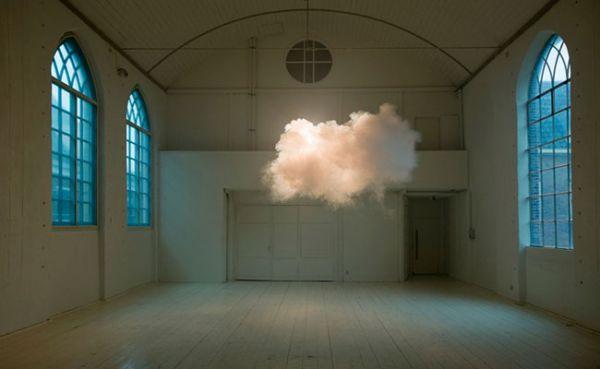 Artista cria nuvem artificial dentro de hotel na Holanda