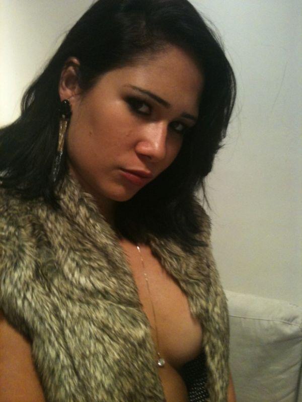 Ex-BBB Jakeline (a do galo, lembra?) faz foto sensual após turbinar os seios