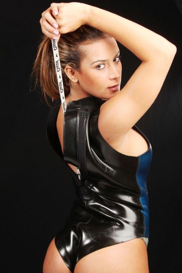 Veja novas fotos sexy de Lucilene Caetano para editorial de mergulho