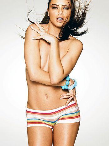 Adriana Lima fotografa de lingerie para grife