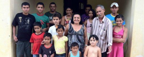 Casal teve 38 filhos e batizou 19 deles no mesmo dia na igreja católica de onde moram