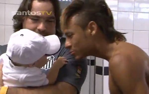 Filho de Neymar é paparicado pelos jogadores do Santos